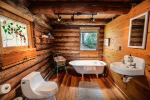 Badezimmer mit Holz Verkleidung